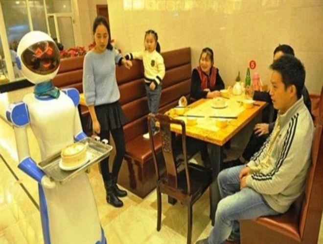 Шанхайских официантов заменили роботами