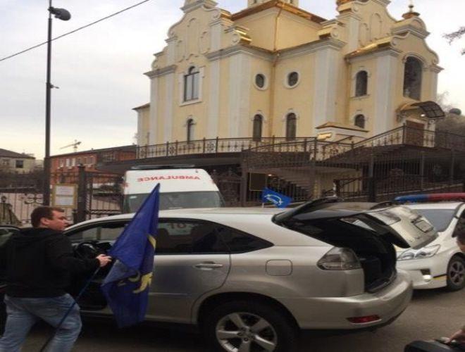 Активисты Автомайдана заблокировали здание суда, где проходит слушанье по делу Насирова