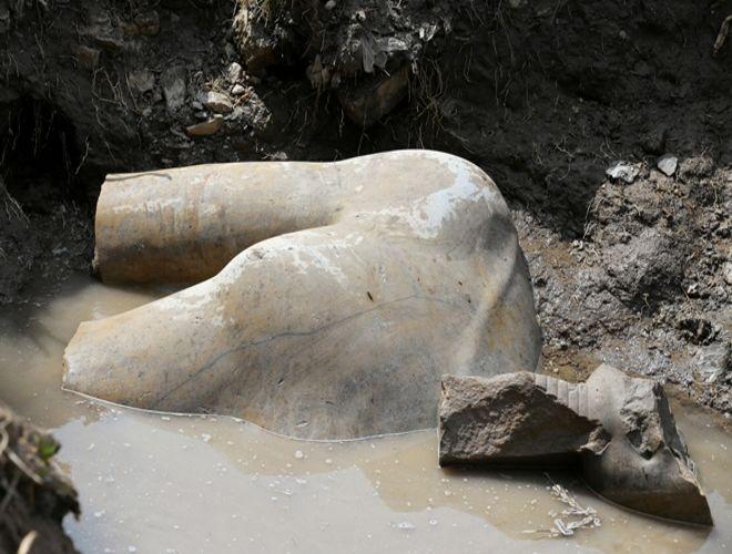 Статую фараона в Каире выкопали из грязи