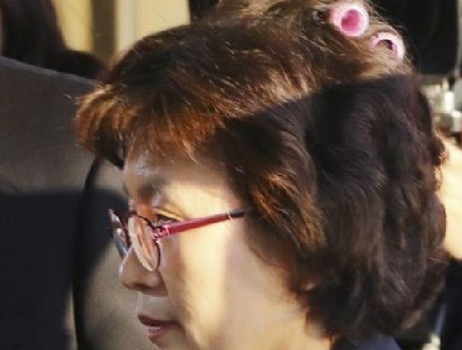 Глава конституционного суда Южной Кореи пришла на работу в бигудях