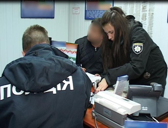 В Киеве в розыск объявили налетчика, ограбившего два пункта по выдаче кредитов