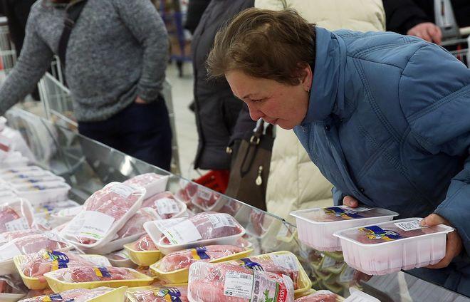 Большинству россиян зарплаты хватает только на еду