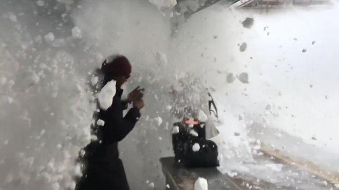 В Нью-Йорке пассажиров вокзала накрыло снежной волной