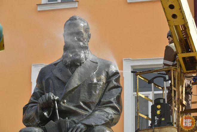 В Киеве решили помыть Грушевского
