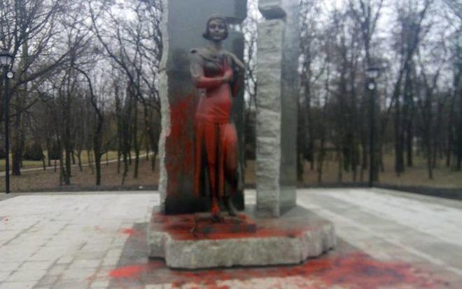 В Киеве облили краской памятник Елене Телиге в Бабьем Яру