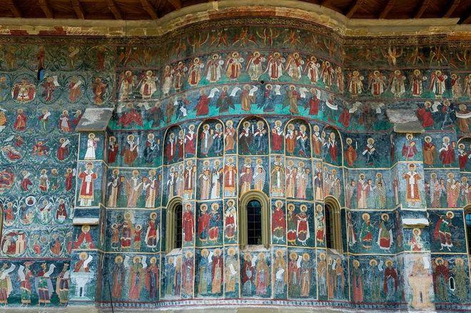 Фрески — не внутри, а снаружи: в Румынии находятся уникальные монастыри