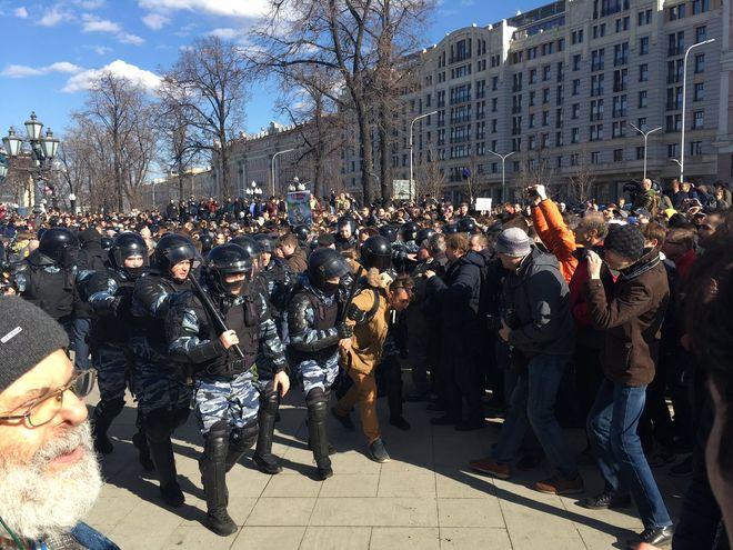 В Москве полиция применила газ и дубинки против митингующих