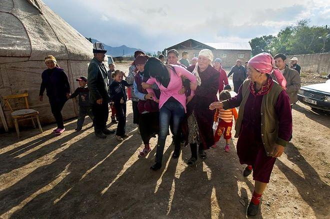 """""""Хватай и беги"""": показали как воруют невест в Киргизии"""