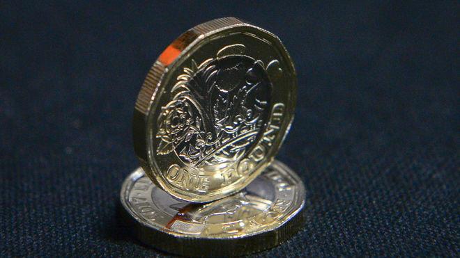 Новые граненые монеты в 1 фунт начали поступать на замену старым