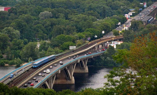 На мосту Метро в Киеве ограничат движение