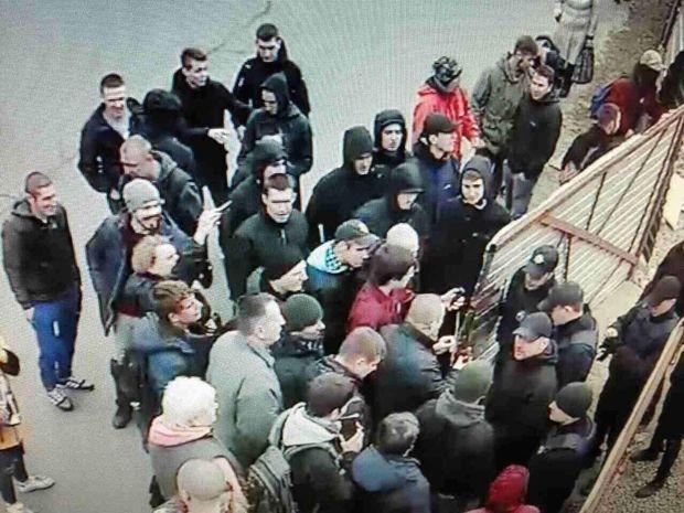 В Киеве продолжается блокирование стройки АЗК