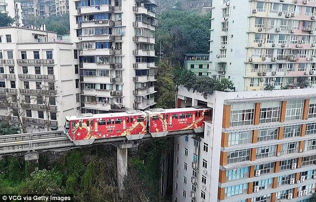 В Китае проложили железную дорогу прямо через жилой дом
