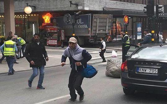 Наезд грузовика на толпу в Стокгольме: полиция допускает версию теракта