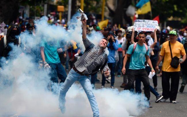 В Венесуэле протесты переросли в столкновения с полицией