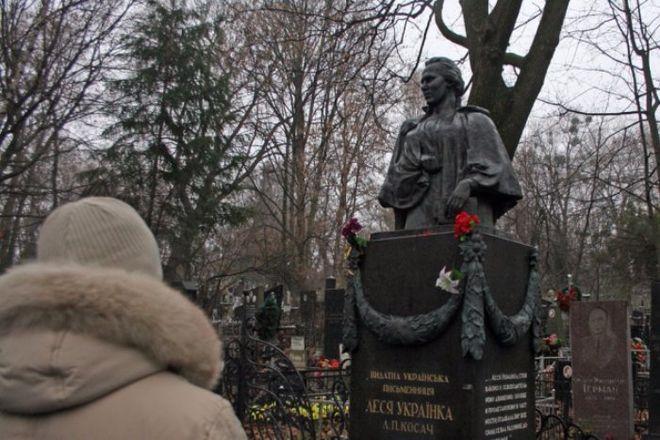В Киеве неизвестные разграбили могилу Леси Украинки