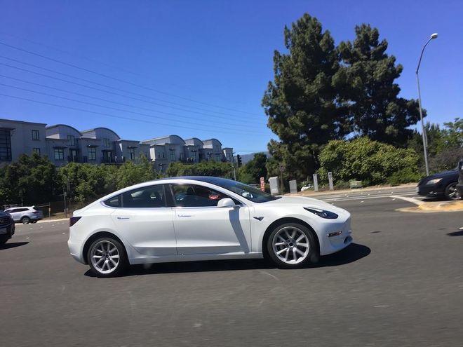 Новенькую Tesla Model 3 заметили на дорогах