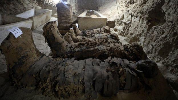 Археологи раскопали 17 древних мумий