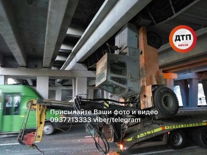 В Киеве под мостом необычным образом застрял погрузчик
