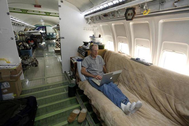 Американский пенсионер построил среди леса дом из самолета Boeing