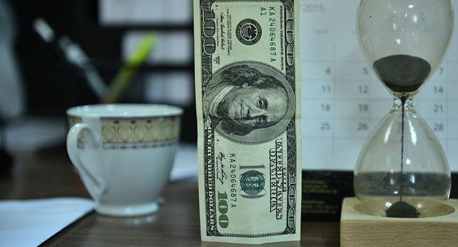 Доллар слабо дорожает в ожидании выступления представителя ФРС США
