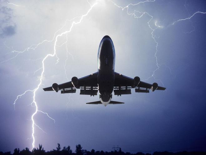 В самолет, летевший из Стамбула в Тбилиси, ударила молния