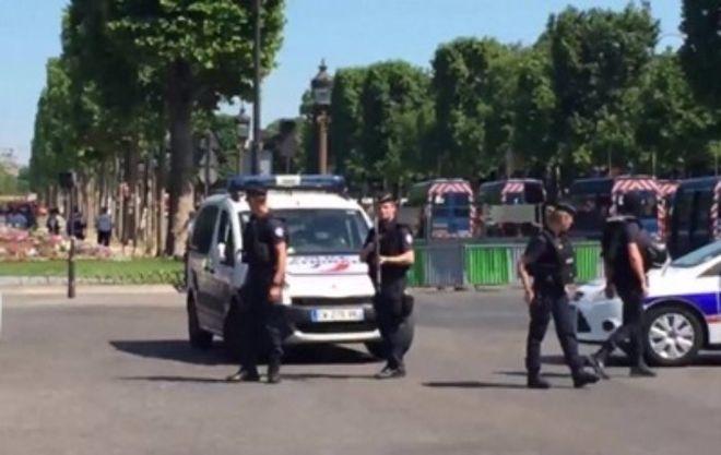 В Париже вооруженный водитель протаранил авто жандармов
