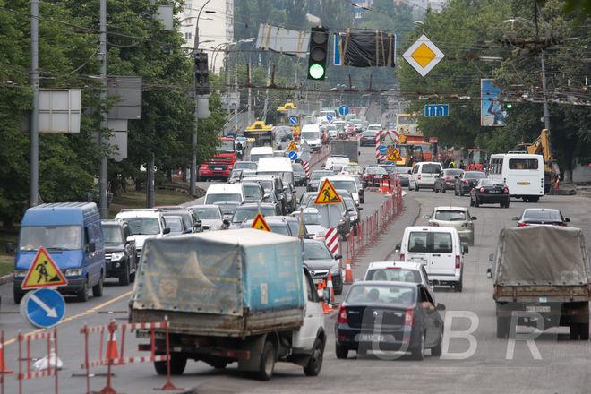 В Киеве ремонтируют дороги: какие улицы перекрыли и как будет ходить транспорт