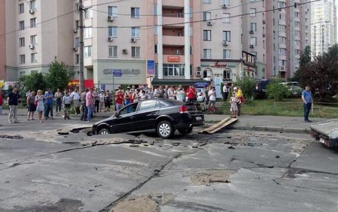 В Киеве автомобиль провалился в яму с горячей водой