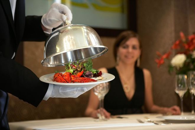 Украинским ресторанам не хватает официантов