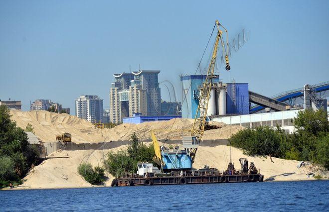 На берегах Днепра начался сезон добычи песка