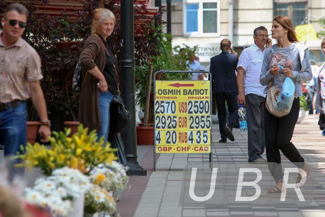 Банкиры: спекулянты поднимают наличный курс доллара