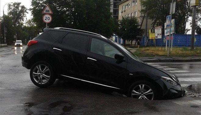 В столице автомобиль провалился под асфальт