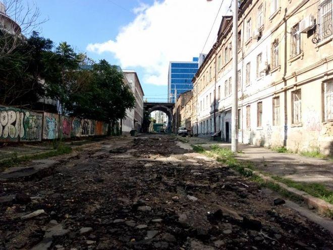 Дождь смыл асфальт на одной из улиц в Одессе