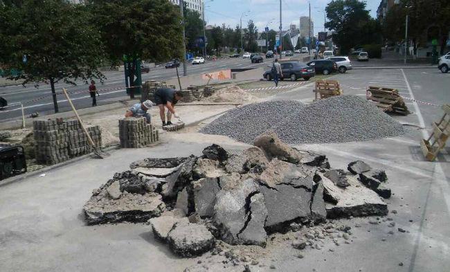 Часть парковки в центре Киева провалилась под землю