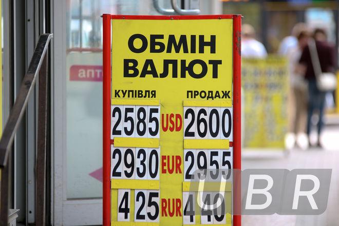 Украинский бизнес ждет выплаты по НДС и придерживает доллар