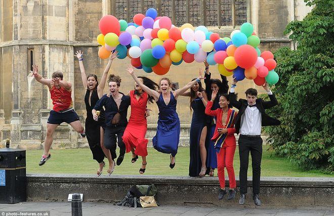 Окончание экзаменов в Кембридже: фейерверк, пьянка и купание голышом