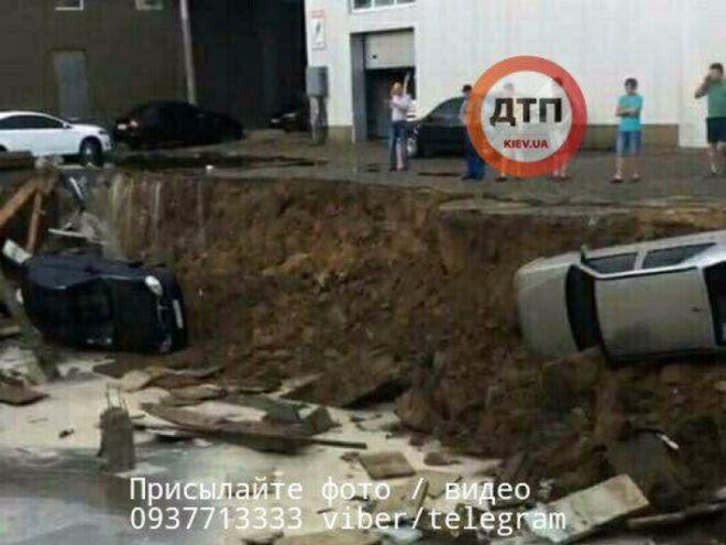 Из-за непогоды в Киеве машины провалились под асфальт