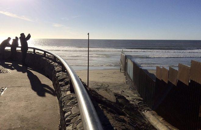 Конгресс США одобрил выделение гигантской суммы на строительство стены на границе с Мексикой