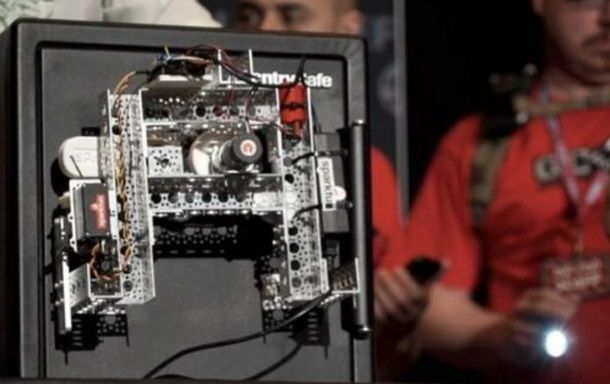 Робот за полчаса вскрыл мощный сейф