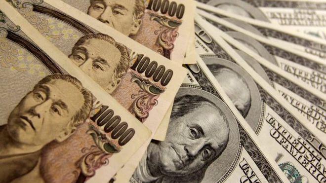 Курс доллара рекордно падает
