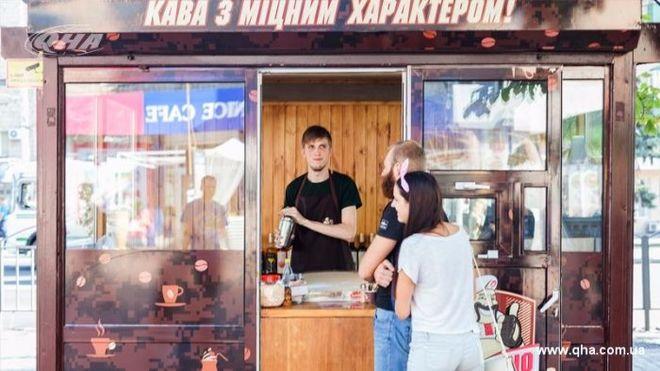 """В Мариуполе бывший боец """"Азова"""" открыл кофейню с социальной функцией"""