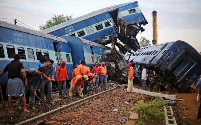 В Индии поезд сошел с рельсов, более 20 погибших