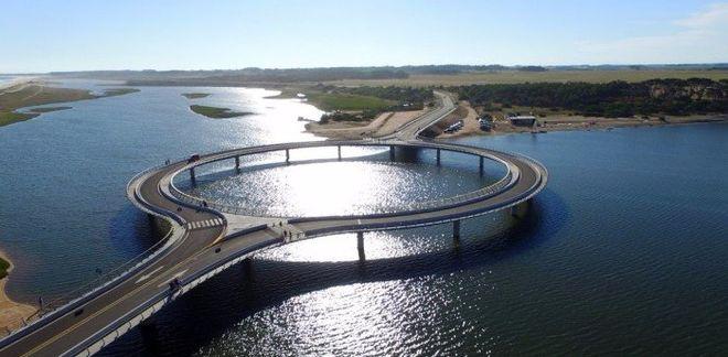 В Уругвае построили круглый мост для любования природой