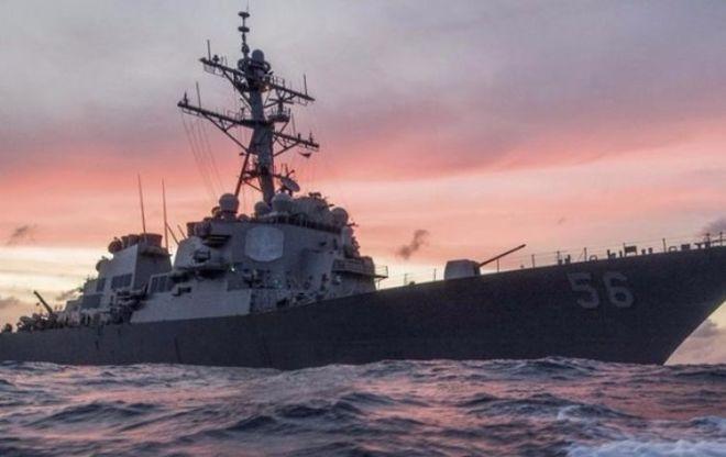 Ракетный эсминец США столкнулся с торговым судном, есть пострадавшие