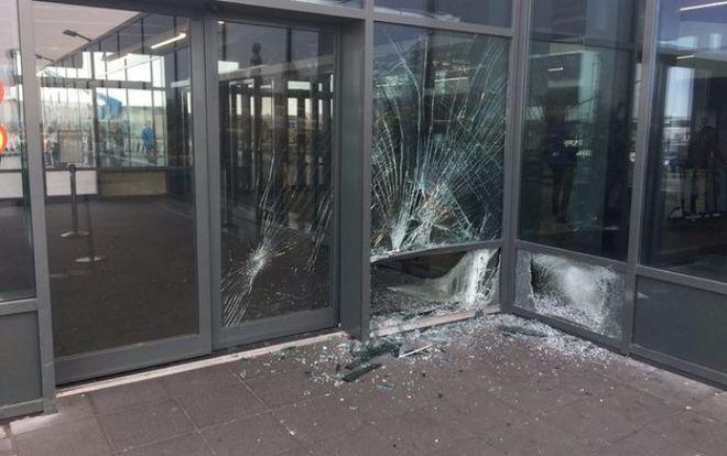 В Исландии автомобиль врезался в зал прибытия аэропорта