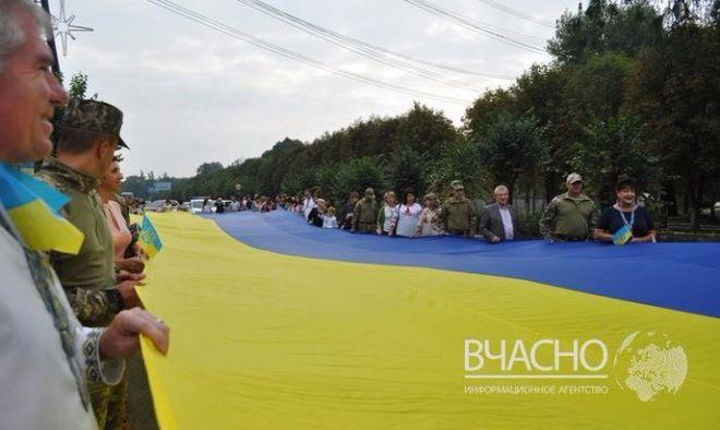 В Донецкой области развернули 35-метровый флаг Украины
