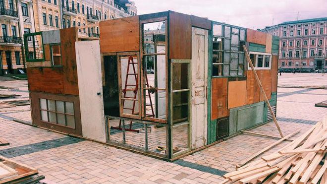 В Киеве создали лабиринт из разрушенных домов