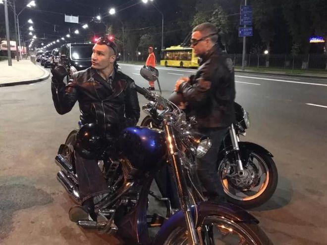 Кличко на мотоцикле проверил качество отремонтированных дорог в Киеве