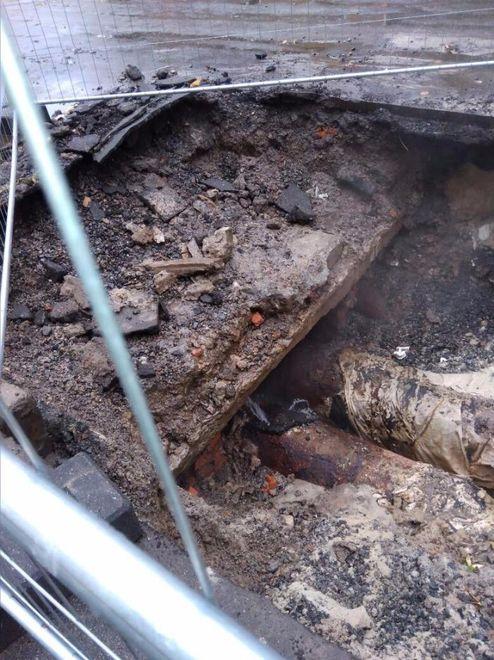 В Харькове дыру в трубе пытались заделать асфальтом