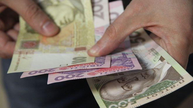 Украинцам частично выплатили долги по зарплате